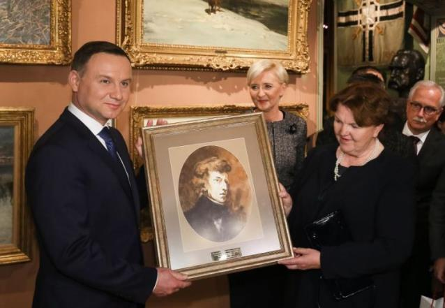 Prezydent RP Andrzej Duda z małżonką Agatą Kornhauser-Dudą przekazują obraz dla Muzeum Polskiego w Rapperswilu