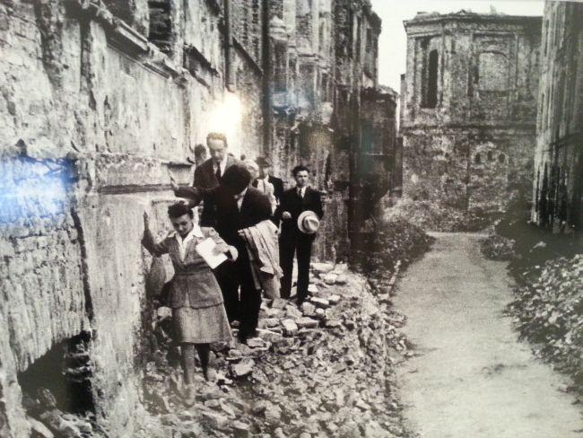 1945 год. Люди пытаются жить в разрушенной Варшаве.