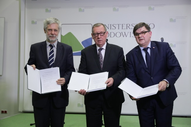 Environment Minister Jan Szyszko (centre); Jerzy Materna (right), secretary of state at the Ministry of Maritime Economy and Inland Navigation; and Deputy Energy Minister Andrzej Piotrowski (left) agree to go ahead with the project. Photo: PAP/Tomasz Gzell