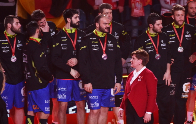 Prime Minister of Poland Beata Szydło and German players during the medal ceremony following Sunday's final of the European Men's Handball Championship. Photo: PAP/Jacek Bednarczyk