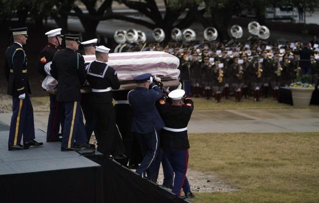 Гроб с телом  бывшего президента Джорджа Буша-старшего