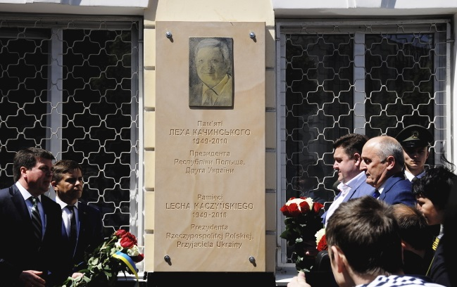 Ukraine's Deputy Prime Minister Hennadiy Zubko (left) at the unveiling of a plaque commemorating former Polish President Lech Kaczyński. Photo: PAP/Paweł Bobołowicz
