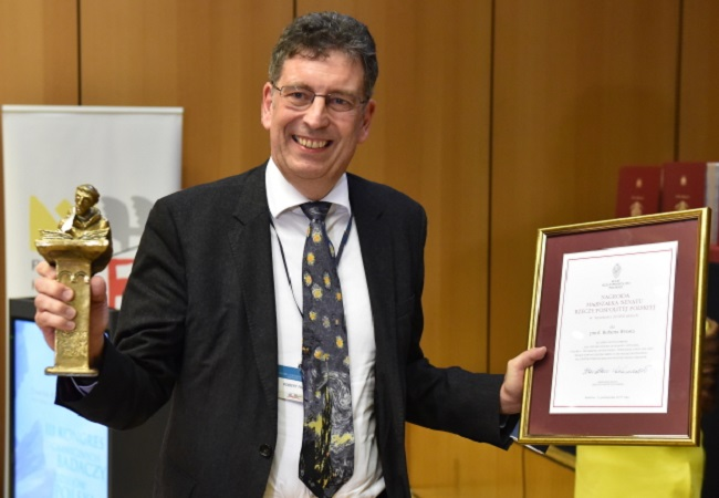 Robert I. Frost poses with the Pro Historia Polonorum award in Kraków. Photo: PAP/Jacek Bednarczyk