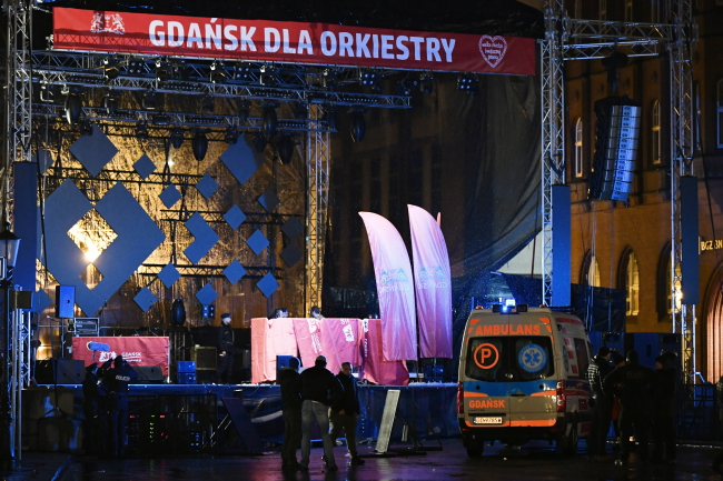 Мэр Гданьска Павел Адамович был доставлен в больницу, после того как на него напали вечером 13 января на сцене в Гданьске