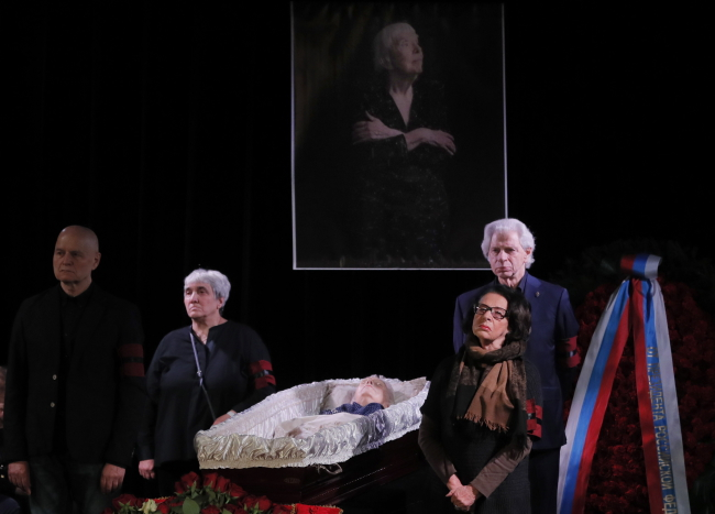Mourning ceremony for Lyudmila Alexeyeva at the Moscow Journalist House on Tuesday. Photo: EPA/YURI KOCHETKOV
