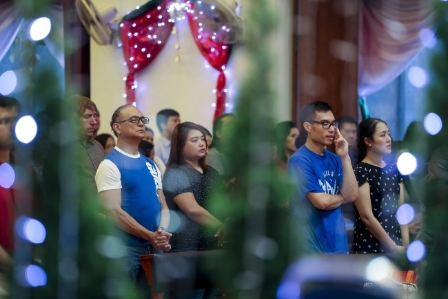 Thai and foreign Catholic church goers attend a Christmas Day mass at a church in Bangkok, Thailand. Photo: EPA/DIEGO AZUBEL