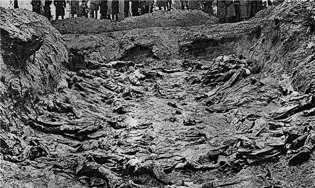 Раскопанная могила убитых НКВД польских военнопленных.