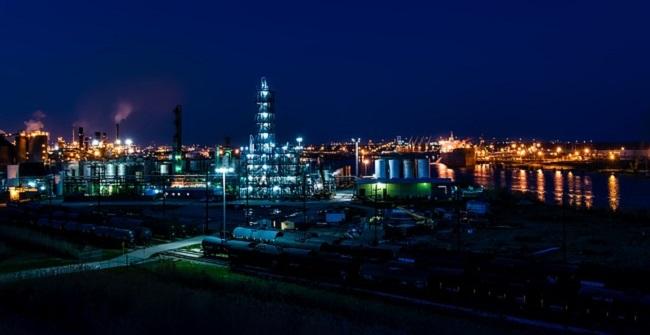 Нафтаперапрацоўчы завод ноччу