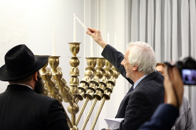 Ryszard Terlecki lit the menorah during the ceremony on Thursday. Photo: Katarzyna Czerwińska/senat.gov.pl