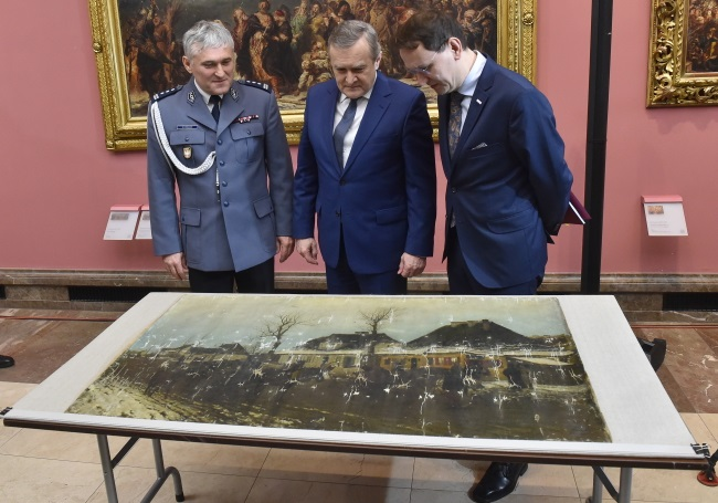 Culture and National Heritage Minister Piotr Gliński (centre); the director of the National Museum in Kraków, Andrzej Betlej (left); and the deputy provincial chief of police, Robert Strzelecki (right), during the ceremony in Kraków on Monday. Photo: PAP/Jacek Bednarczyk