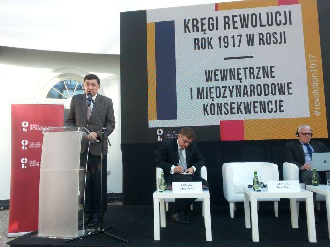 Профессор Марек Корнат выступает на конференции «Круги революции» в Варшаве.