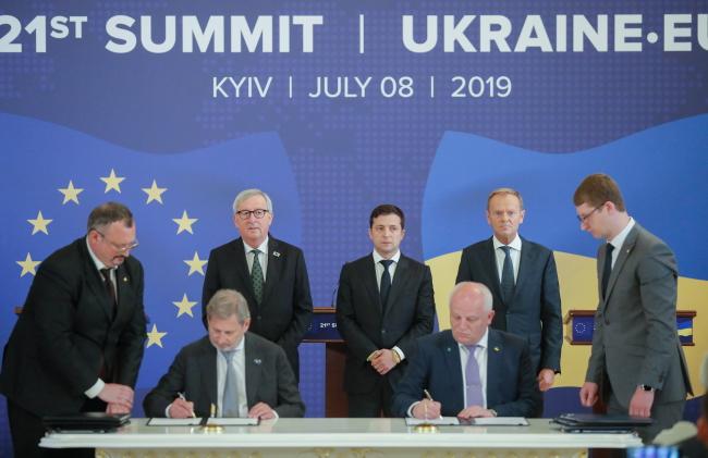 Президент Украины Владимир Зеленский и представители учрежений ЕС на саммите в Киеве.