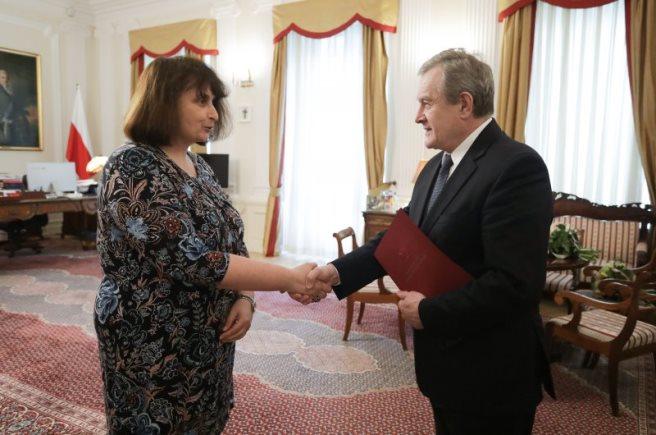 Minister Piotr Gliński wręcza nominację dyrektor Dorocie Janiszewskiej-Jakubiak