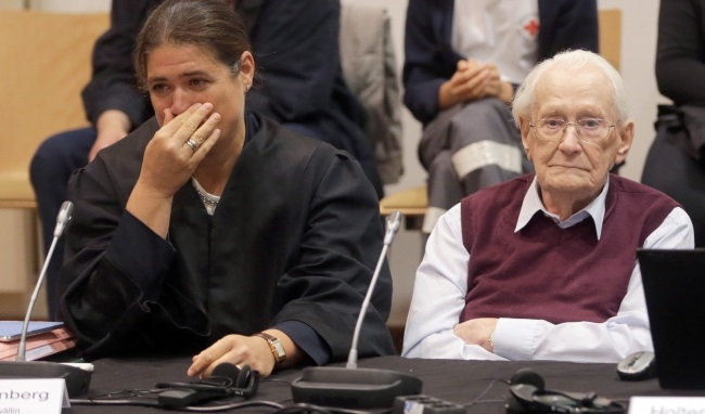 Oskar Groening (R) and his lawyer Susanne Frangenberg (L) await the proclamation of his verdict, 15 July. Photo: PAP/EPA.
