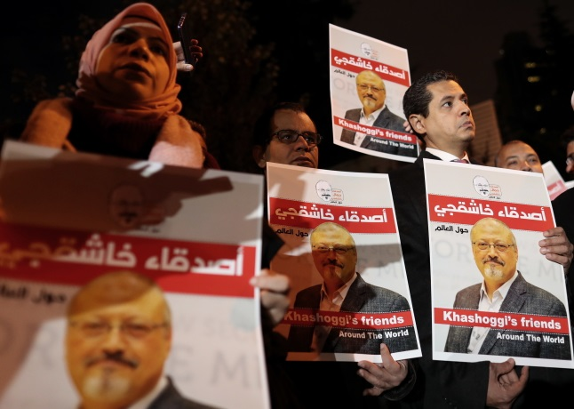 Люди держат фотографии Джамаля Хашоги во время демонстрации перед консульством Саудовской Аравии в Стамбуле