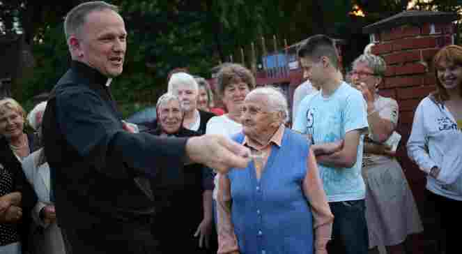 Father Wojciech Lemanski with parishioners in Jasienica, Sunday evening. Photo: PAP/Leszek Szymanski