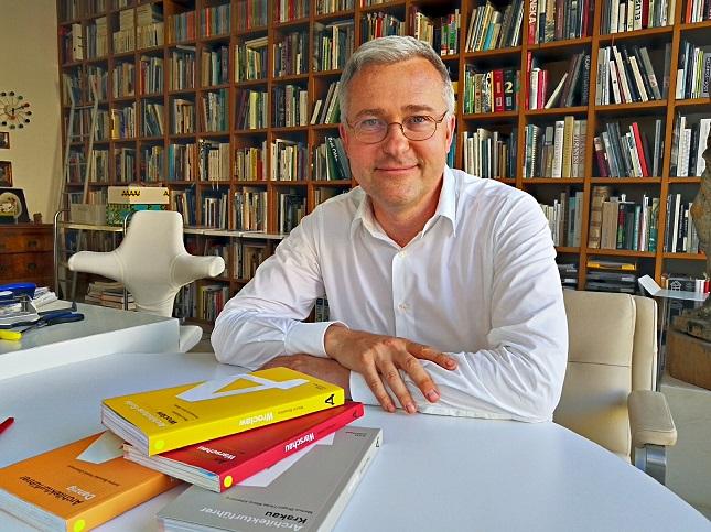 Der Architekt und Verleger Philipp Meuser in seinem Berliner Büro, fot. © Arakadiusz Łuba