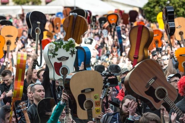 Guitar players gather in Wrocław. Photo: PAP/Maciej Kulczyński
