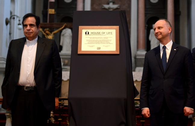 Samuel Tenembaum (left) at the plaque unveiling ceremony. Photo: PAP/Jakub Kamiński