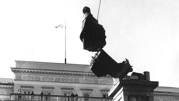 Демонтаж памятника Феликсу Дзержинскому. Фото: PAP/Witold Rozmysłowicz