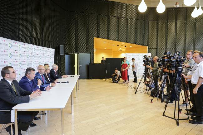 У конференції беруть участь представники президента та міністри.