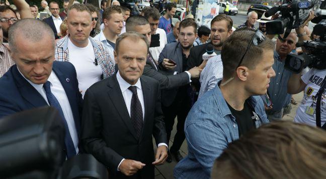 Donald Tusk przed wejściem do budynku Prokuratury Krajowej w Warszawie przy ulicy Rakowieckiej Foto: PAP/Radek Pietruszka