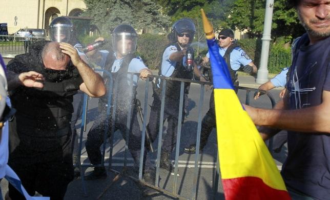 Полицейские применяют слезоточивый газ против протестующих