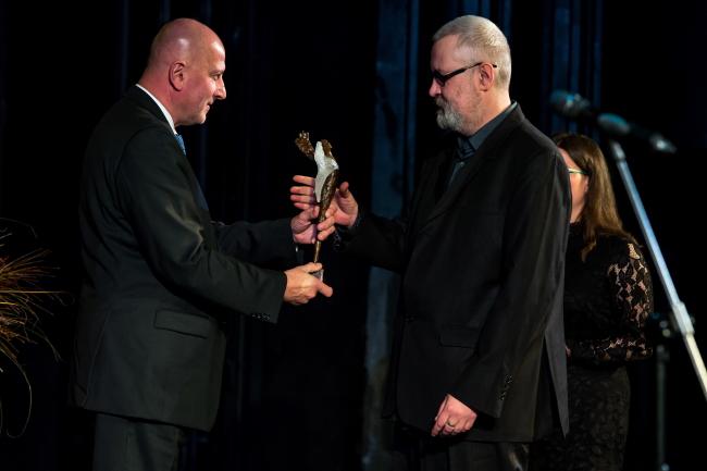 Мэр Вроцлава Рафал Дуткевич (слева) вручает премию российскому писателю Олегу Павлову.
