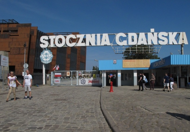 The entrance to the Gdańsk Shipyard. Photo: Ratoncito Perez [CC0], from Wikimedia Commons