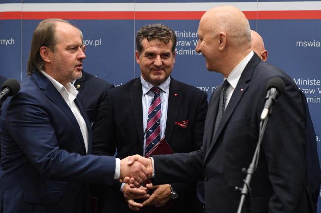 Rafał Jankowski and Joachim Brudziński shake hands. Photo: PAP/Radek Pietruszka