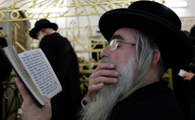 Jews gather in Leżajsk. Photo: PAP/Darek Delmanowicz