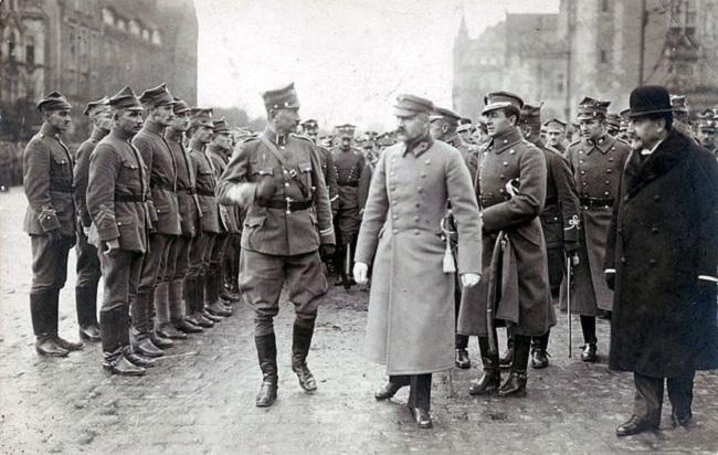 На першым пляне: маршал Юзэф Пілсудскі (па цэнтры) і генэрал Юзэф Доўбар-Мусьніцкі (зьлева), горад Познань, кастрычнік 1919 году