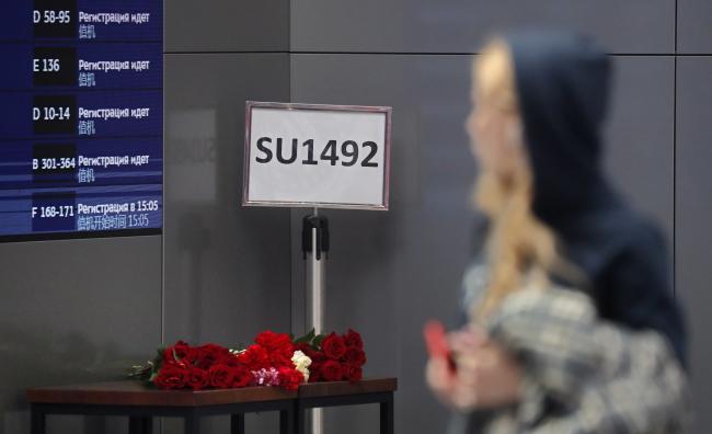 Цветы у информационной доски в аэропорту Шереметьево после аварии