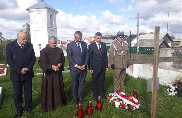 Посол Польши в Беларуси Артур Михальский (в центре) на польском военном кладбище в Долгиново