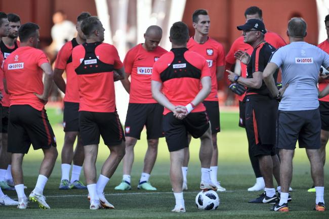 Футболисты польской сборной и тренер команды Адам Навалка во время тренировки.