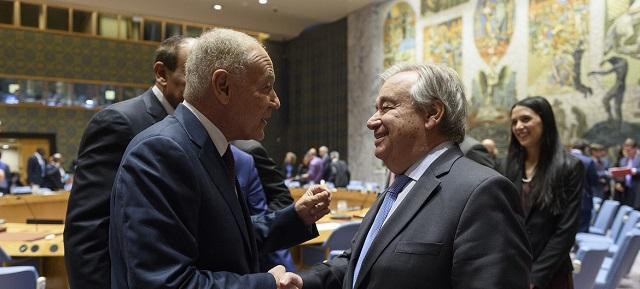 Генеральный секретарь ООН Антониу Гутерриш (справа) и генеральный секретарь Лиги арабских государств Ахмед Абуль Гейт (слева) перед заседанием Совета безопасности ООН