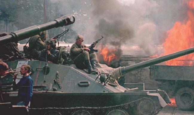 Радянські солдати під час вторгнення в Чехословаччину