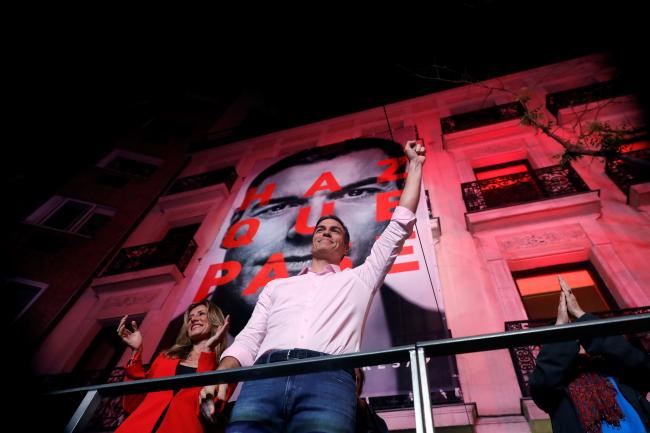 Премьер-министр Испании и глава Испанской социалистической рабочей партии  Педро Санчес машет сторонникам после победы на парламентских выборах