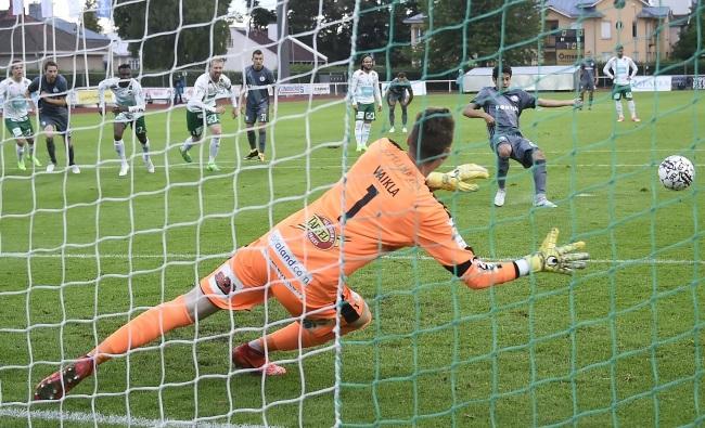 Legia's Guilherme puts his team ahead with a penalty against IFK Mariehamn. Photo: EPA/MARKKU OJALA