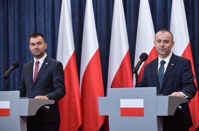 Polish presidential aides Paweł Mucha (right) and Błażej Spychalski (left) brief reporters at the Presidential Palace in Warsaw on Wednesday. Photo: PAP/Marcin Obara