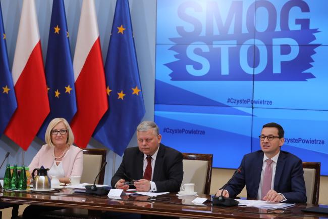 Премьер Польши МАтеуш Моравецкий (на фото справа), пресс-секретарь правительства Иоанна Копциньская и глава политического кабинета премьера Марек Суский на заседании Комитета по руководству государственной программой защиты воздуха.