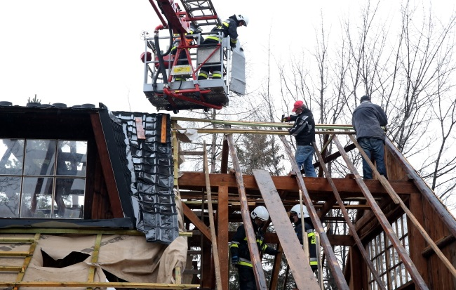 Firefighters secure a roof torn off by fierce winds in Zakopane. Photo: PAP/Grzegorz Momot