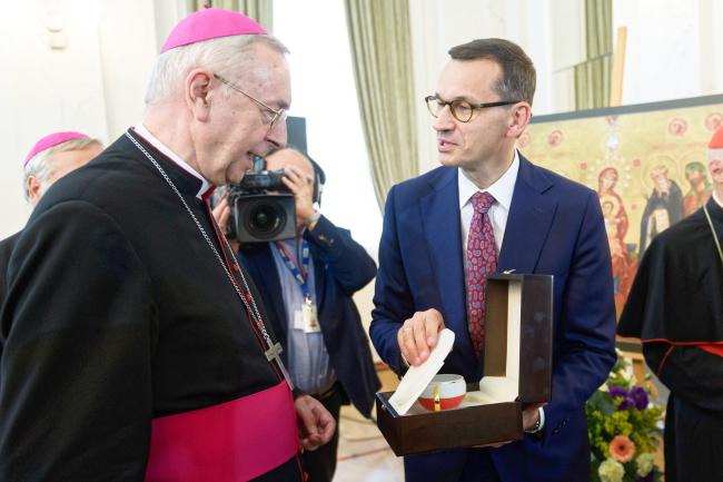 Poznań Archbishop and the deputy head of the Council of the Bishops' Conference of Europe, Stanisław Gądecki, and Mateusz Morawiecki. Photo: PAP/Jakub Kaczmarczyk