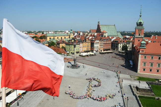 Children on summer vacation by Warsaw's Royal Castle recreate the Kotwica (Anchor) which symbolised the Polish resistance movement in WWII. Photo: PAP/Marcin Kmieciński.