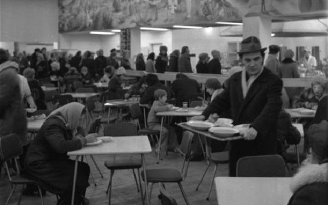 Andrang in einer Warschauer Milchbar (1973)