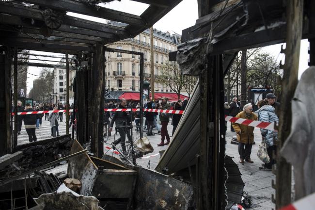 """Cожженный киоск на Елисейских полях на следующий день после протеста """"желтых жилетов"""" в Париже"""