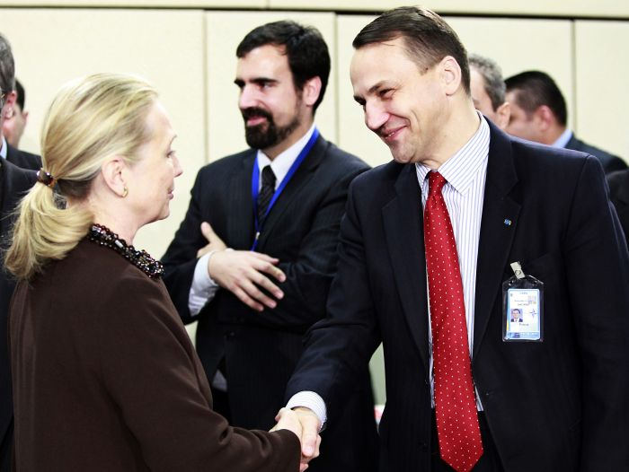 Radosław Sikorski meets Hilary Clinton. Photo:  EPA, OLIVIER HOSLET