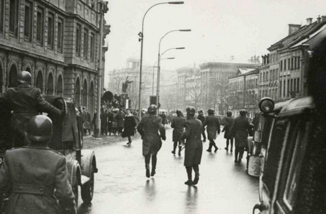 Міліція в околицях Варшавського університету під час студентського протестаційного віче 8 березня 1968 року