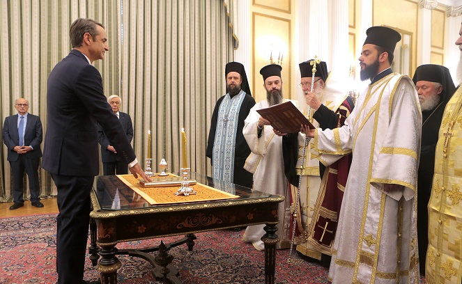 Лидер партии «Новая демократия» Кириакос Мицотакис приносит присягу на пост премьер-министра Греции.