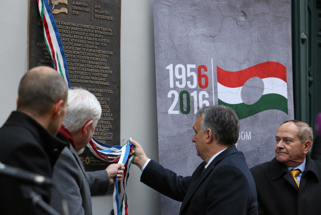 Hungarian PM Viktor Orban unveiling the plaque on Friday. Photo: PAP/Stanisław Rozpędzik